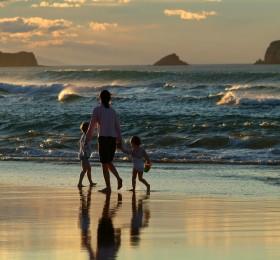 Hermosa familia caminando por la playa